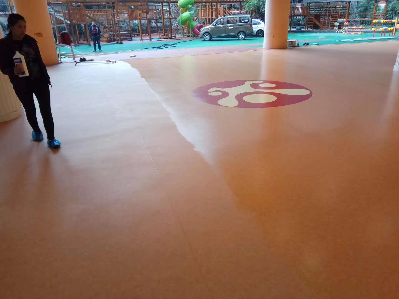 幼儿园教室PVC地板打蜡